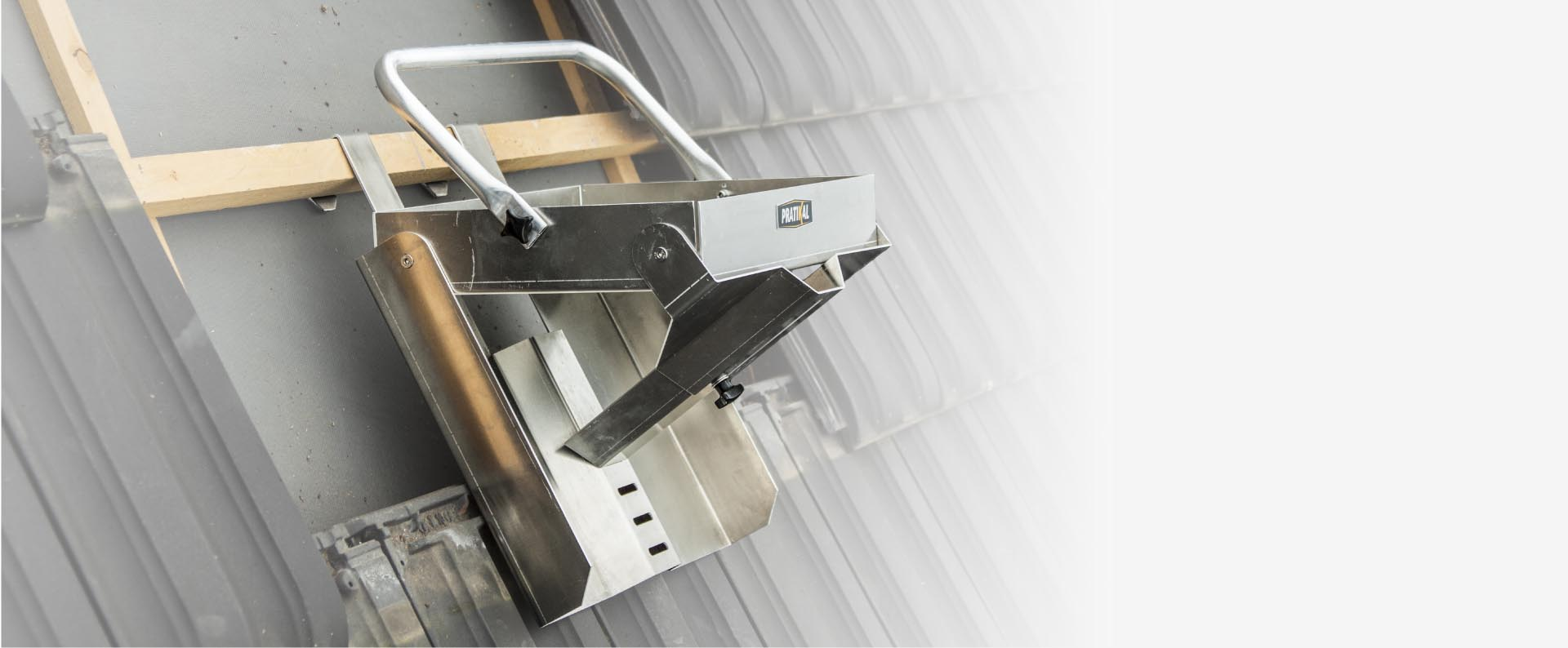 Boîte à outils à inclinaison variable pour couvreur zingueur