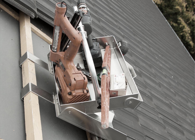 Caisse à outils pour fixation sur toiture tuile