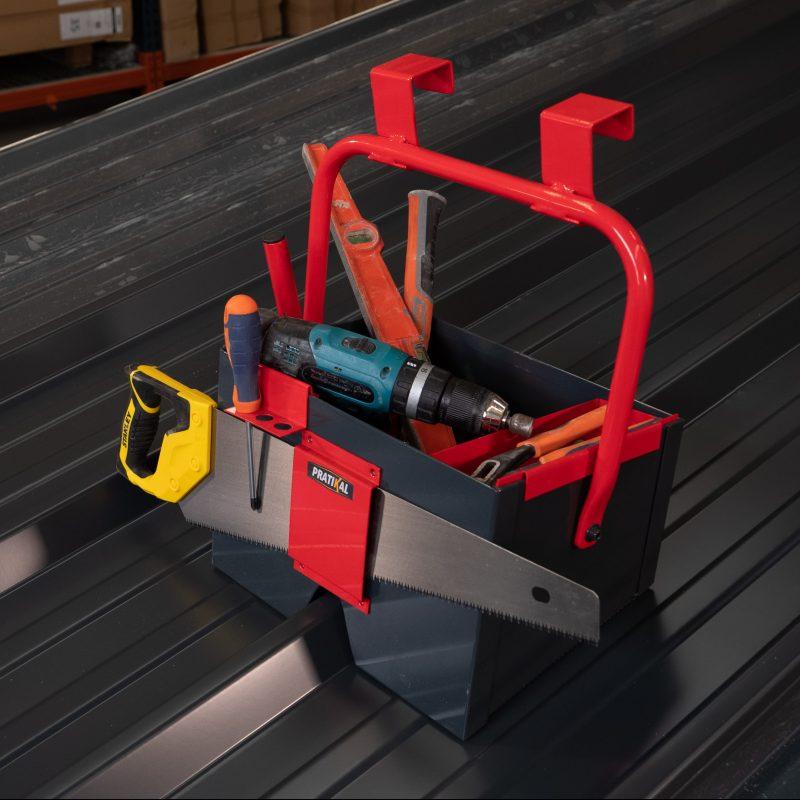 Seau couvreur ingénieux pour rangement soudure, tournevis, cisaille ou encore une scie.